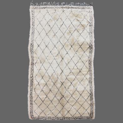 Un énorme et fantastique tapis de Beni Ouarain, il aura sa place d´honneur dans votre salon.