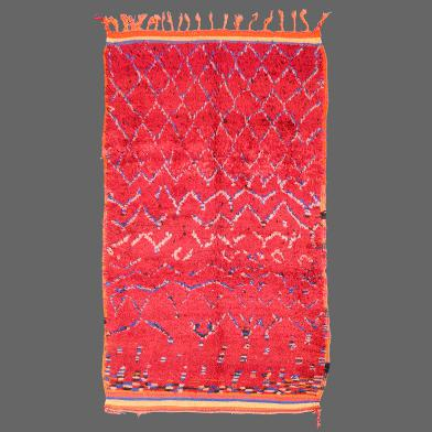 Un fantastique tapis millésime de la tribu d´Azilal, qui brille avec ses laines rouges et son fabuleux dessin.