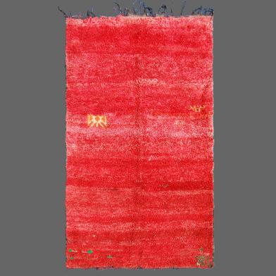 Voici un ancien tapis berbère de Zaiane très mystérieux tissé avec des laines fines et douces teintent avec une gamme de rouge.