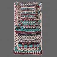 Ancien tapis Azilal avec un design artistique merveilleux en vert, rouge et noir.