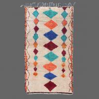 Ce tapis d´Azilal est décoré avec des symboles traditionnels berbères pour apporter de la chance.