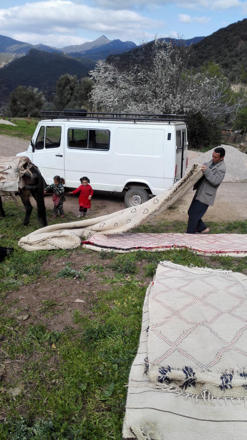 pliage de tapis avant le taxi de brousse